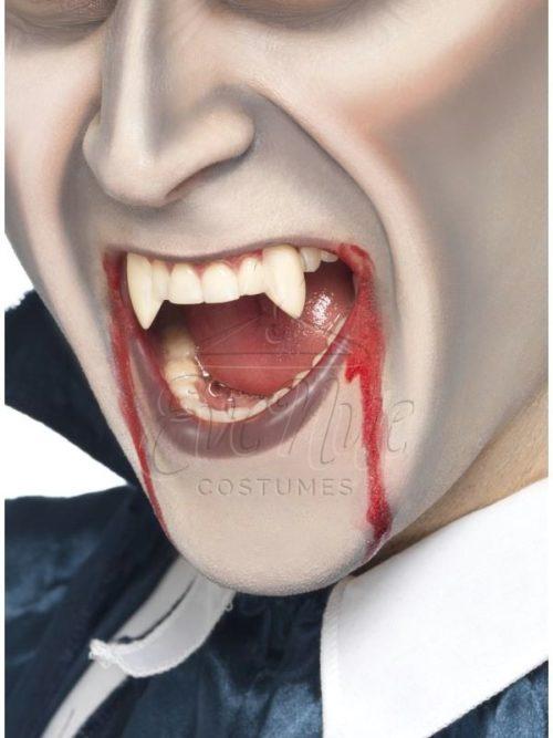 Vámpír szemfog az EveNue COSTUMES jelmezkölcsönző szalon kínálatából